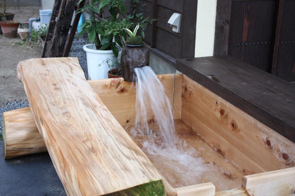 天然温泉の足湯